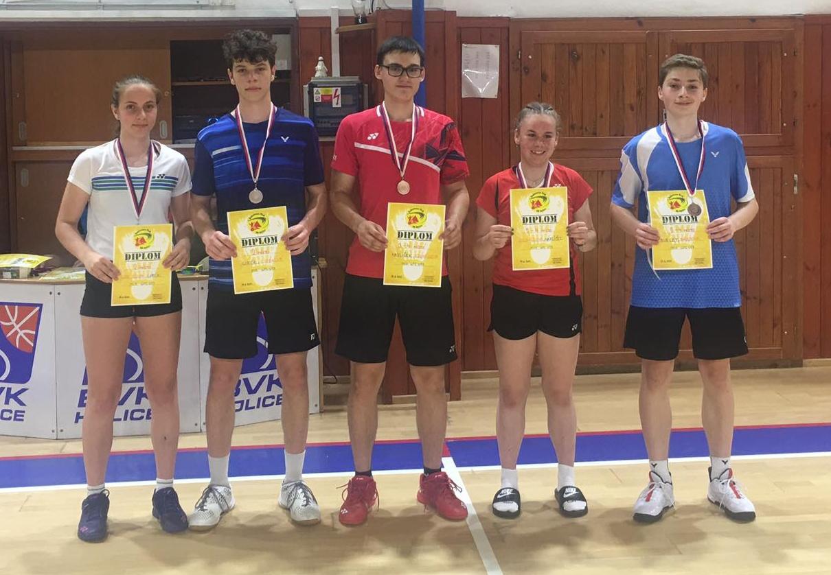 Cirókovi, hráči SK Brno Slatina, s medailemi (vlevo).