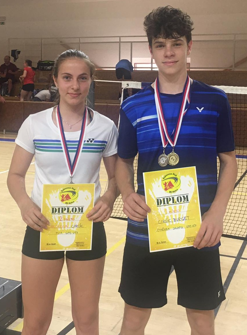 Tereza a Josef Cirókovi ukazují diplomy, které oba vybojovali na prvním pokoronavirovém turnaji.